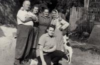 Jaroslava Blešová se strýcem Bedřichem, maminkou Emilií Zlámalovou a tetami a jejich psem Žolíkem