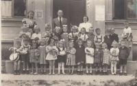 Jaroslava Blešová v mateřské škole (pátá zleva ve spodní řadě)