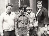 S manželem Milošem a syny Přemyslem a Tomášem v roce 1978