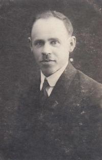 Adoptivní tatínek Čeněk Zlámal byl Masarykovec, vlastenec a sokol.