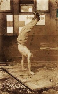 Tatínek Čeněk Zlámal cvičí. Fotografie z období první světové války
