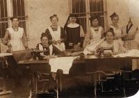 Maminka pamětnice Emilie Zlámalová (nahoře vpravo) v prvním učení v klášteře v Morkovicích