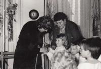 Při výročí 50 let mateřské školy ve Slížanech; vlevo řídící MŠ Anna Šimoníková, vpravo Jaroslava Blešová