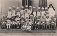 Manžel pamětnice Miloš Zlámal (nahoře první zleva) v klášterní školce