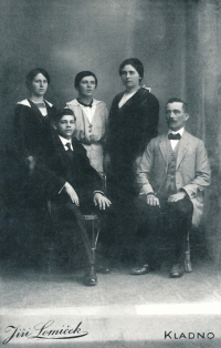 Rodina Císařova, cca 1915 (otec Rudolf Císař vlevo)