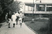Se Sarou Howlett a Marcelou Maštovskou v Letenských sadech, 1966
