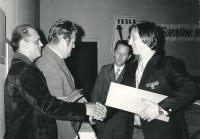 Vladimír Martinec, pravé křídlo Tesly Pardubice, přebírá v roce 1973 ocenění za zisk titulu mistra ČSSR v hokeji