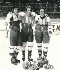 Bohuslav Šťastný, Jiří Novák a Vladimír Martinec (zleva) vytvořili útočnou trojici, která se zapsala mezi legendy československého i světového hokeje