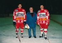 Vladimír Martinec (vpravo) a Bohuslav Šťastný při zápase veteránů Tesly v roce 2005