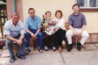 Vladimír Martinec (zcela vpravo) s maminkou, dvěma bratry a sestrou na snímku z roku 2003