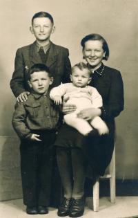 Vladimír Martinec (vlevo dole) na snímku z poloviny 50. let 20. století se sestrou a dvěma bratry