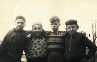 Vladimír Martinec (zcela vpravo) na začátku 60. let 20. století se svými kamarády v Lomnici nad Popelkou