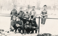 Vladimír Martinec (druhý zleva nahoře) v roce 1963 v Lomnici nad Popelkou