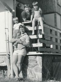 Vladimír Martinec s manželkou, dcerou a synem v roce 1980