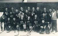 Hokejový dorost Tesly Pardubice v roce 1966. Vladimír Martinec je nahoře druhý zprava