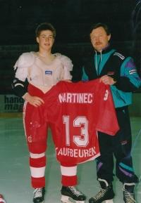 Vladimír Martinec jako trenér v Kaufbeurenu se svým synem Tomášem a slavným dresem s číslem 13