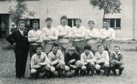Vladimír Martinec (druhý zleva dole) jako fotbalista v Lomnici nad Popelkou v roce 1966