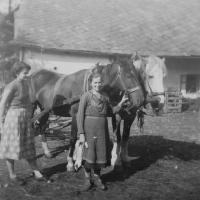 Jarmila Valouchová (Pospíšilová) se svou matkou na rodinném hospodářství v Olšanech