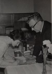 Předávání nových stranických průkazů po prověrkách (1970)