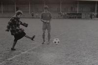 Jaroslava Jesenská při čestném výkopu na fotbalovém hřišti roku 1988