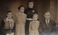 Rodinná fotografie Hanákových: maminka Růžena, sestry Jaroslava, Marie, Anna, tatínek (1955)