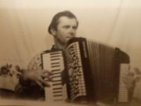 Pamětník hraje na akordeon