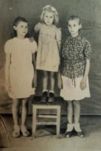 Vpravo Iryna Volodymyrivna Potapova, vlevo její sestra