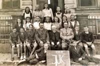 The last year of the school in Havlíčkův Borová, Jarmila Bartošíková in the middle row, the third from the right