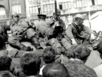Posádky vojsk Varšavské smlouvy před hlavním nádražím v Brně