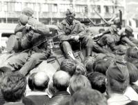 Posádka sovětského tanku v obležení davů před hlavním nádražím v Brně