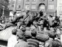 Záběr zblízka posádky sovětského tanku před hlavním nádražím v Brně