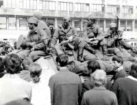 Sovětští vojáci před hlavním nádražím v Brně