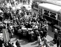 Davy Brňanů u sovětských tanků před hlavním nádražím v Brně