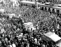 Přeplněný prostor před hlavním nádražím v Brně v srpnu 1968
