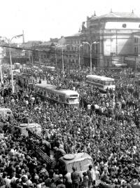 Sovětské tanky a obrněné transportéry v obležení davů před budovou hlavního nádraží v Brně