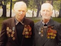 Pamětník nalevo, fotografie se švagrem, rok 2010