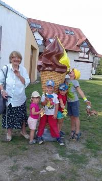 Soňa Antošová s vnoučaty