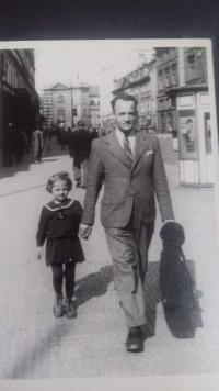 Soňa Antošová s otcem, asi 1939