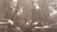 Rudolf a Jana Chalupovi se syny Zdislavem a Vlastislavem, Zdislav sedí vlevo u otce