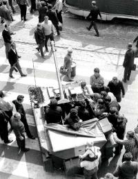 Sovětské tanky před hlavním nádražím v Brně