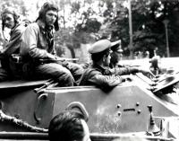 Posádka sovětského tanku 21. srpna v centru Brna