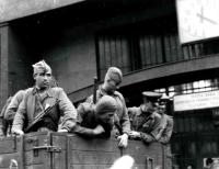 Sovětští vojáci před budovou pošty u hlavního nádráží v Brně
