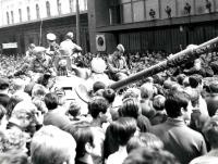 Sovětský tank v obležení davů před poštou u hlavního nádraží v Brně