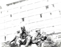 Posádka tanku u hlavního nádraží v Brně
