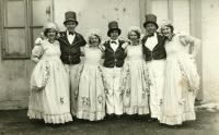 Divadlo v Sokole, vpravo maminka pamětnice