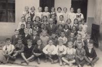 Jitka Zemánková (rozená Pravdíková)- v třetí řadě čtvrtá zprava, vedle učitele