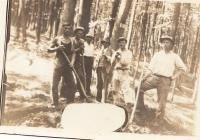 František Pravdík starší (1. zleva) pracoval jako lesní dělník, byl zavražděn při Salašské tragédii roku 1945