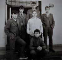 Pavel Mahdal (druhý zprava nahoře) před budovou průzkumné roty v Janovicích nad Úhlavou se svými vojáky, 1985