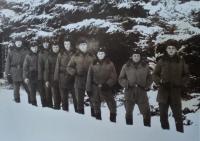 Pavel Mahdal (třetí zleva) na zimním cvičení na Dobré Vodě, 1985