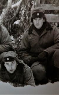 Pavel Mahdal (vpravo) na zimním cvičení na Dobré Vodě, 1985